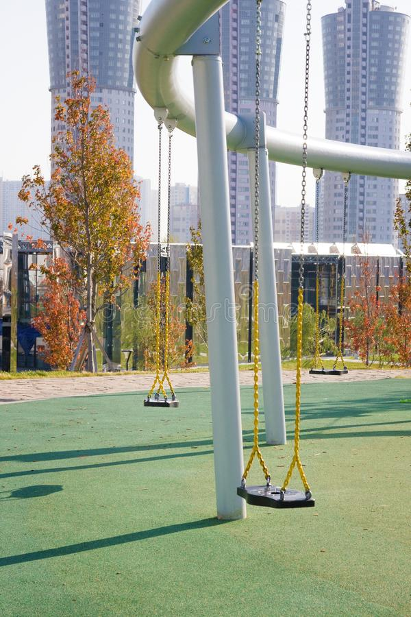 Balanço no parque novo 'campo de Khodynskoe 'contra arranha-céus modernos, Moscou, Rússia Abriu em setembro de 2018 fotos de stock