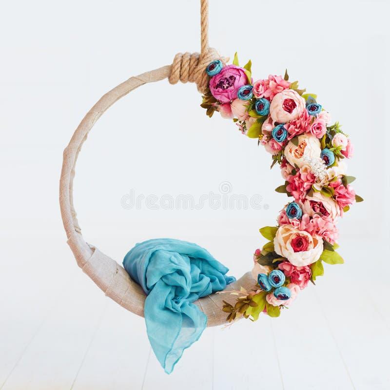 Balanço recém-nascido da fotografia do bebê, aro de suspensão floral de DIY fotografia de stock royalty free