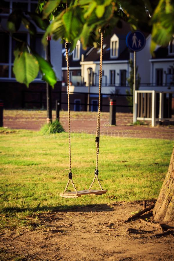 Balanço vazio da criança em uma árvore no jardim foto de stock