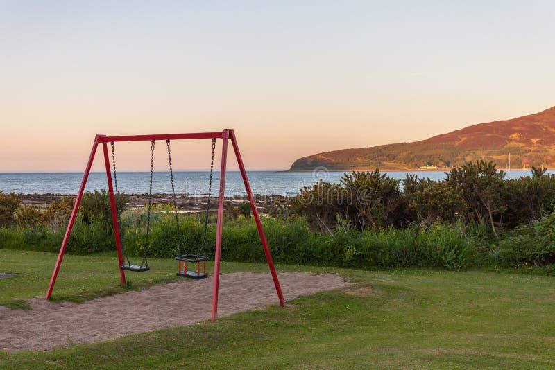 Balanços pelo mar Ilha santamente, Lamlash, Arran, Escócia fotografia de stock