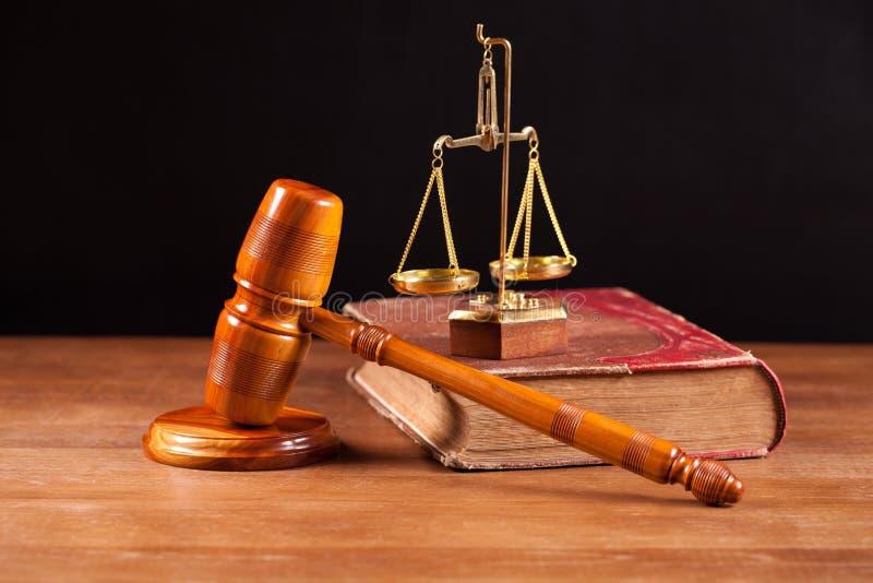 Balance del bookand del mazo del juez foto de archivo