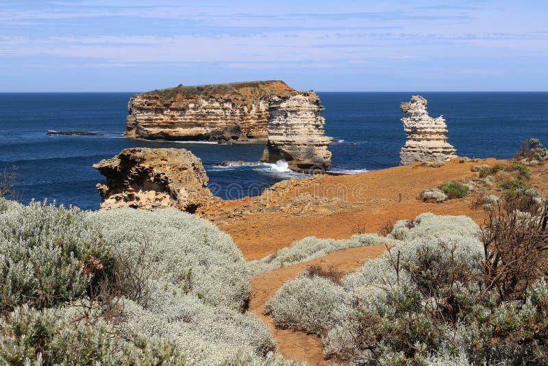 Balance ilhas na baía dos mártir na grande estrada do oceano, Victoria, Austrália foto de stock