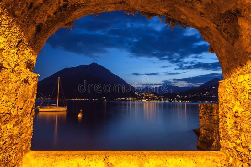 Balance a janela sobre o lago tranquilo Como no crepúsculo imagem de stock