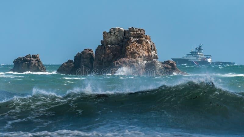 Balance no mar perto de Auderville, Normandy França no verão foto de stock royalty free