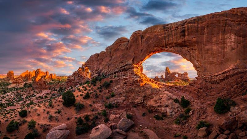 Balance o arco, por do sol cênico, parque nacional dos arcos imagens de stock