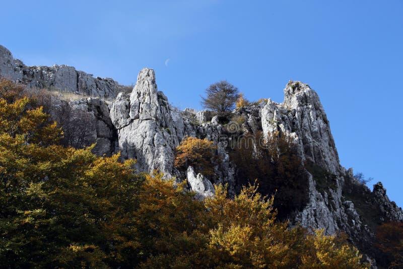 Balance outcroppings no outono, com a lua imagens de stock royalty free