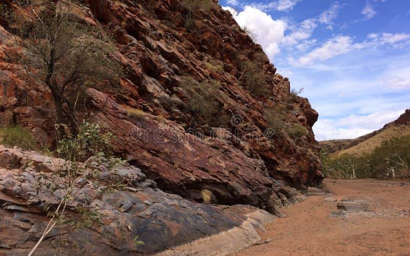Balance a parede e a Austrália Ocidental seca da região do pilbara da cama de rio fotografia de stock