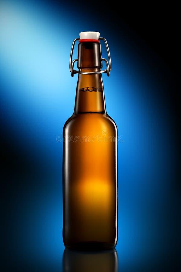 Balancee la botella superior de cerveza ligera aislada en fondo negro imágenes de archivo libres de regalías