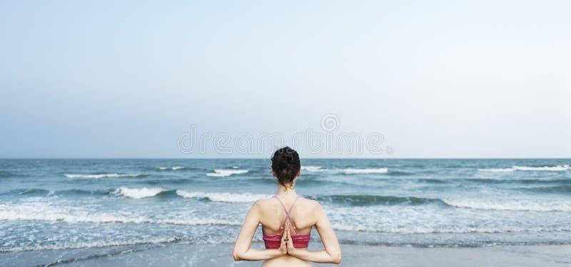 Balancen-Strand-Energie meditiert Friedensentspannungs-Konzept lizenzfreie stockbilder