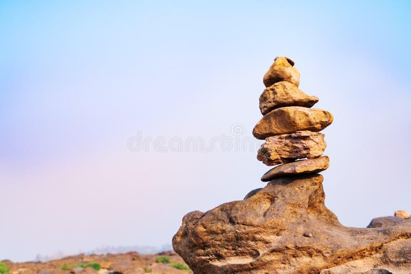 Balancen- und Harmoniesteinstapel, der Unterschied immer hervorragend und gesetzte an Spitze, Stein, Balance, Felsen, ruhiges Kon stockfoto