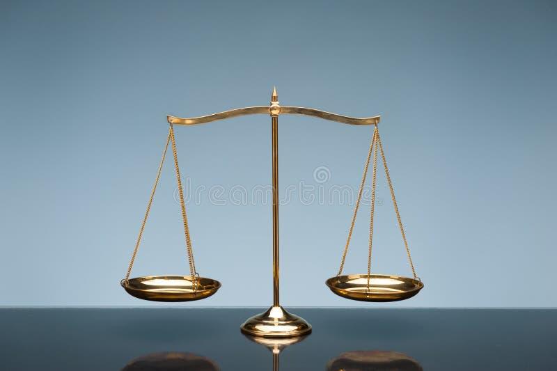 Balancenskala auf blauem Hintergrund stockbild