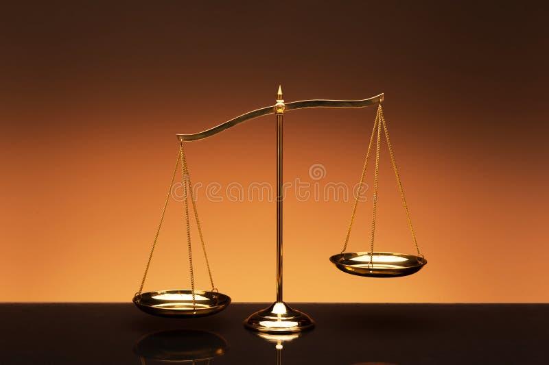 Balancenskala auf orange Farbhintergrund stockfoto
