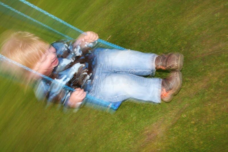 Balanceo de la risa del niño imagen de archivo