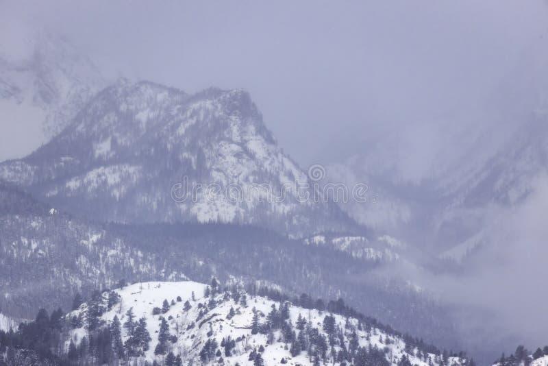 Balanceo de la tormenta de la nieve sobre picos de montaña en Rocky Mountain National Park fotografía de archivo
