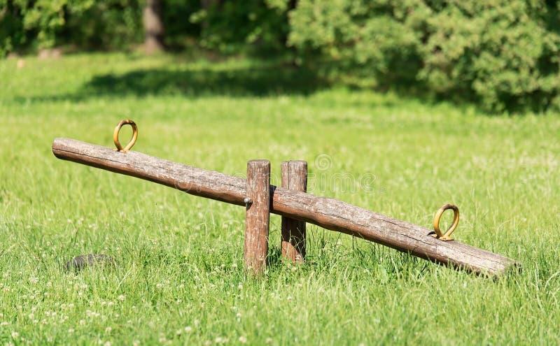 Balanceo de madera en parque imágenes de archivo libres de regalías