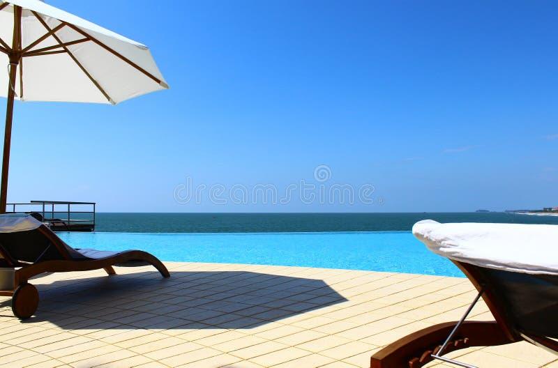 Balanceo de Saman Villas del hotel de la piscina en el Océano Índico foto de archivo