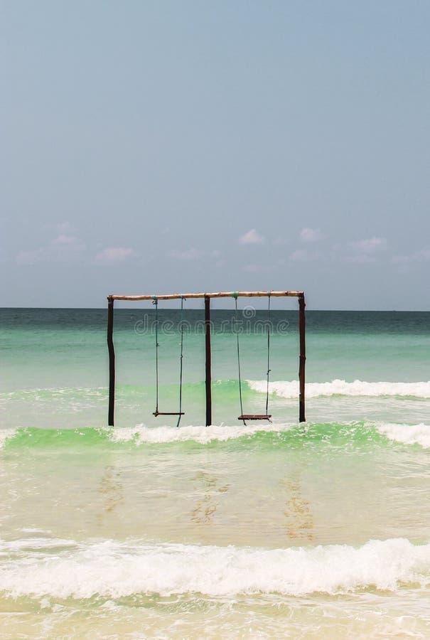 Balanceo en un oscilación en el océano fotos de archivo libres de regalías