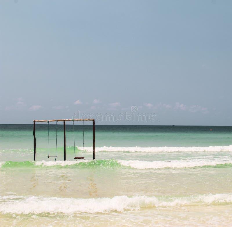 Balanceo en un oscilación en el océano foto de archivo libre de regalías