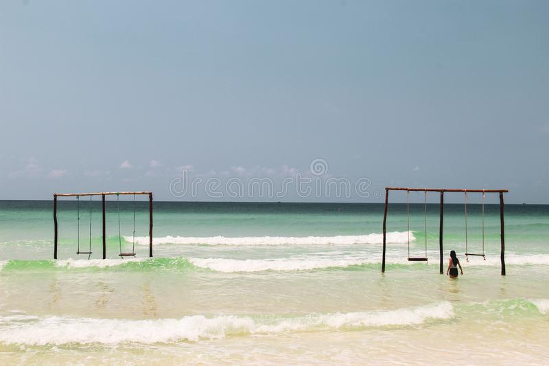 Balanceo en un oscilación en el océano fotos de archivo