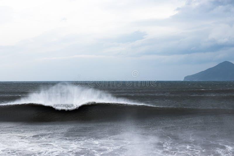 Balanceo hermoso de la onda del Uno-marco adentro a apuntalar foto de archivo