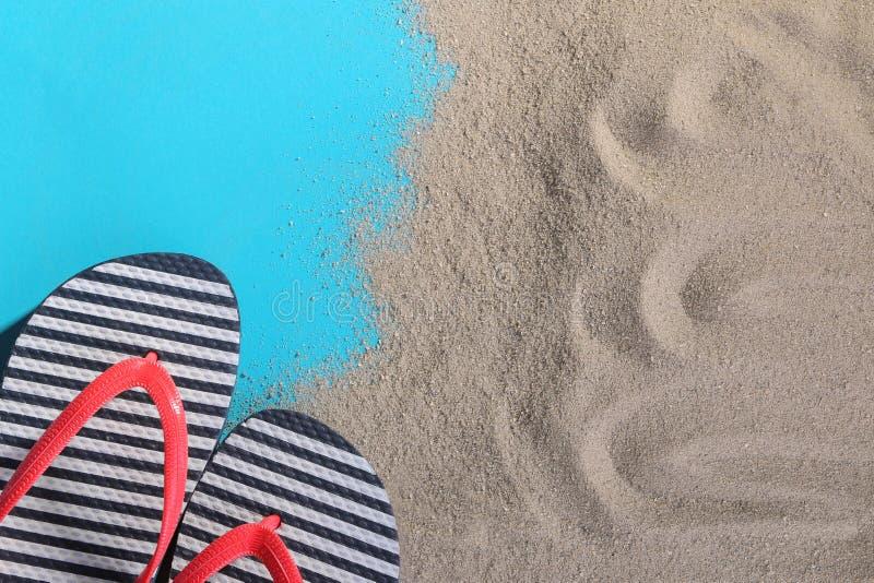 Balanceos en la arena en un fondo azul imágenes de archivo libres de regalías