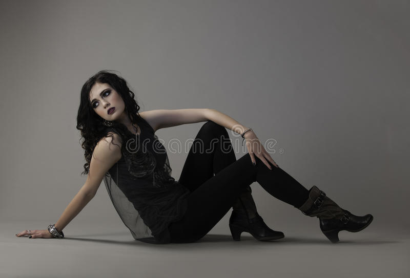 Balancier sexy chic dans l'équipement énervé noir photo stock