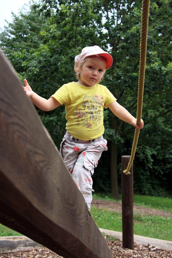 Balancieren auf dem Spielplatz lizenzfreie stockfotos