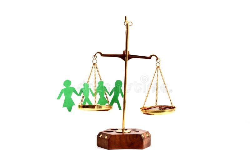 Balancieren Sie Ihr Lebenkonzept mit Skalagewichtungsgeld- und -familienlebenisolat auf weißem Hintergrund lizenzfreie stockfotos