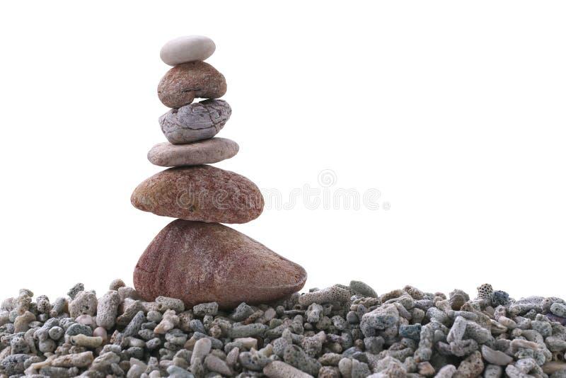 Balancieren Sie Stein auf Stapelfelsen auf weißem Hintergrund stockfotos