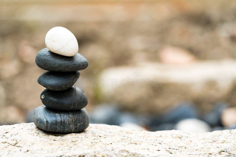 Balancieren Sie Steinstapel, den hervorragenden Unterschied immer und setzen Sie an Spitze, Stein, Balance, Felsen, ruhiges Konze stockfotos