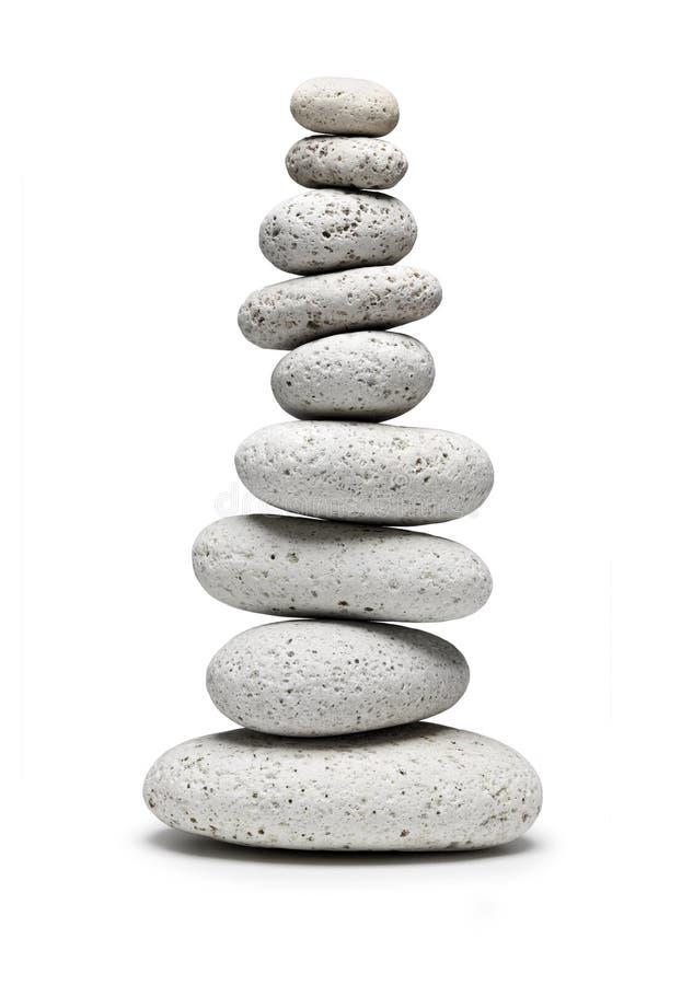 Balancieren von neun weißen Steinen lizenzfreie stockfotos
