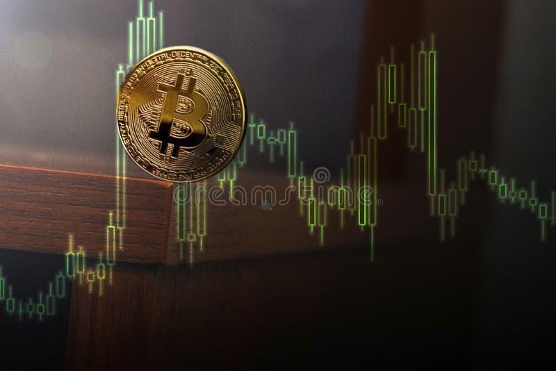 Balancierende Münzen um den Rand der Tabelle lizenzfreie stockbilder