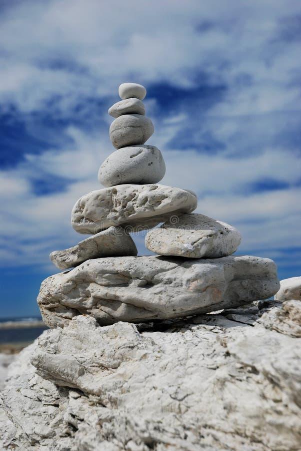 Download Balancierende Steine stockfoto. Bild von unsicher, weiß - 9082520