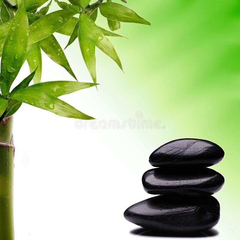 Balancierender Stein des Bambusses und des Zen lizenzfreies stockfoto