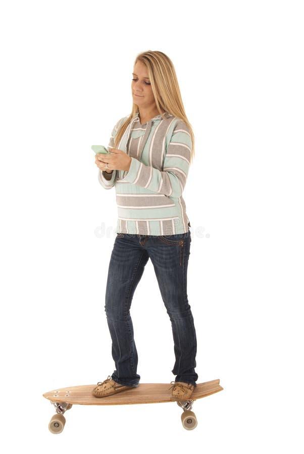 Balancierendes Simsen der Frau beim Reiten des Brettes lizenzfreies stockbild