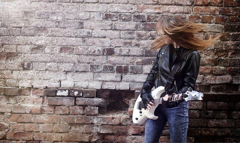Balancim bonito da moça com guitarra elétrica Um musicia da rocha fotos de stock