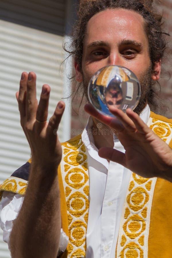BalanCirk um desempenho da rua em Maastricht com uma reflexão na bola de vidro imagem de stock
