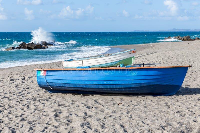 Balandros de la pesca en la playa siciliana cerca de Milazzo fotografía de archivo