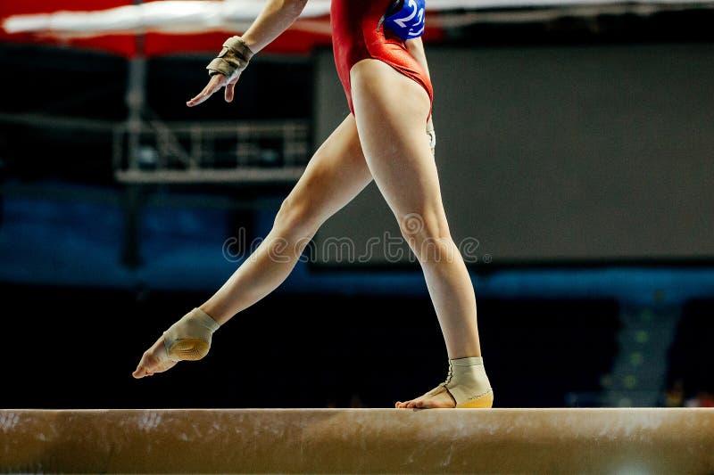 Balansbomflickagymnast arkivbild