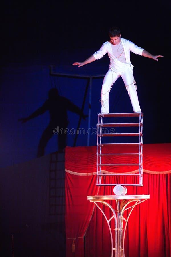 Balansera handling på cirkusen i Rumänien royaltyfria bilder