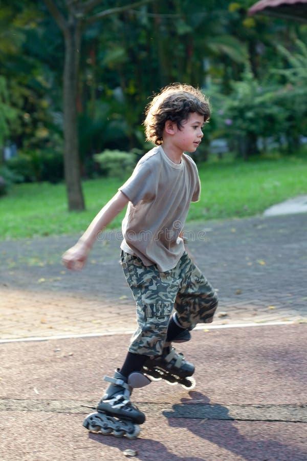balansera själv lärande rollerbl för barn till royaltyfria foton