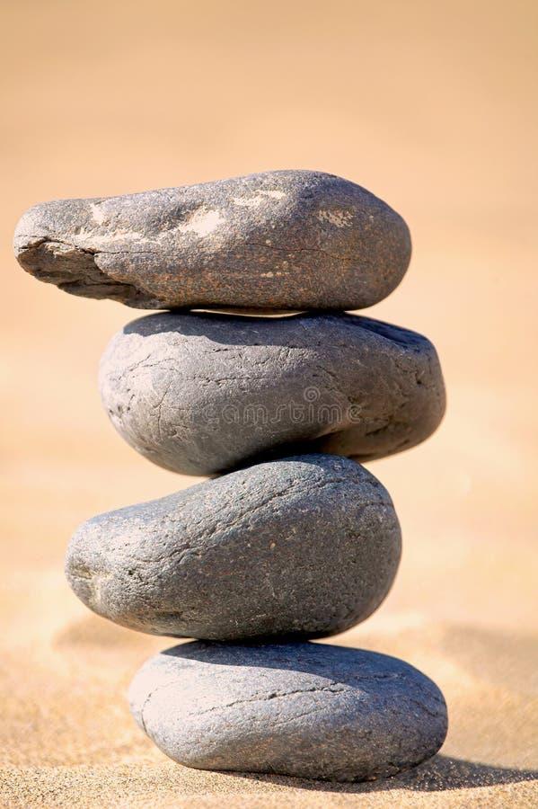 balansera strandstenar arkivfoto