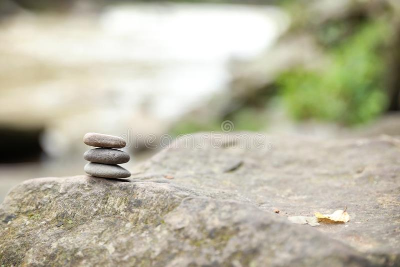 Balansera zenkiselstenen stenar utomhus arkivbilder