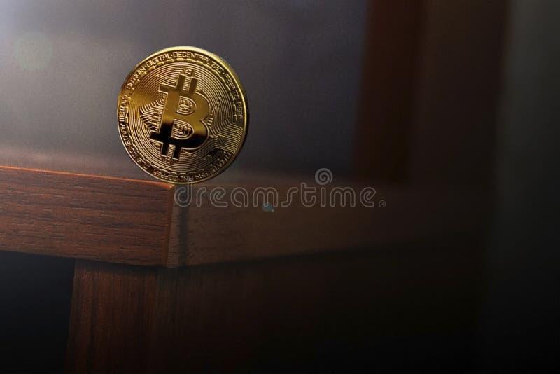Balansować monety wokoło krawędzi stół fotografia stock