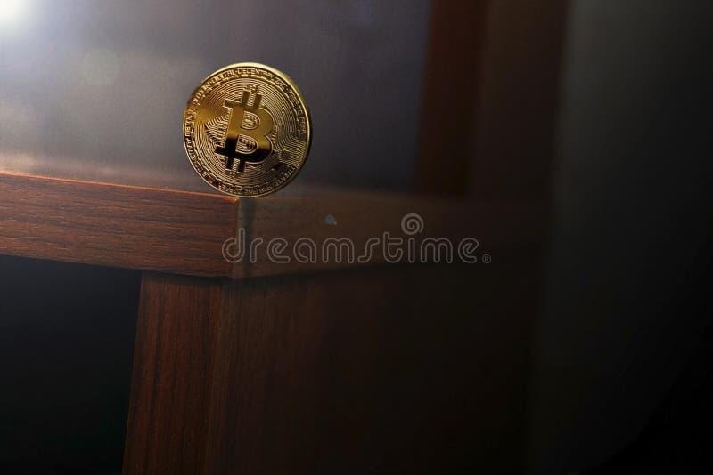 Balansować monety wokoło krawędzi stół obrazy stock