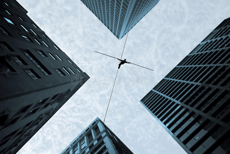 Balansowanie na linie piechura pojęcie ryzyka wyzwanie i brać obraz stock