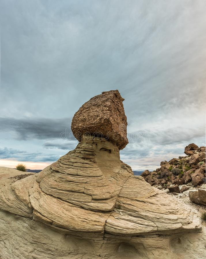 Balansujący skałę w pustyni z dramatycznymi chmurami, blisko Jeziornego Powell fotografia stock