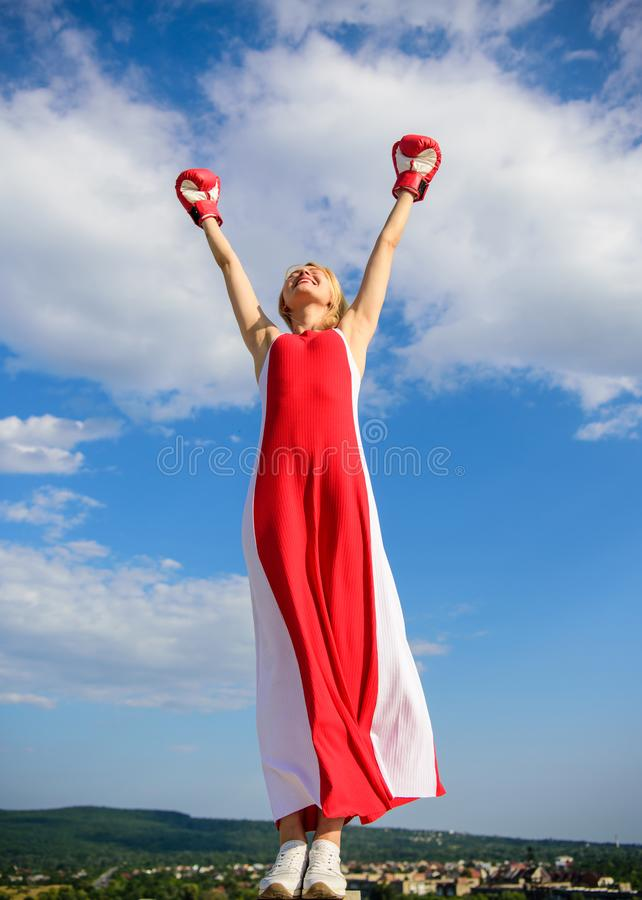 Balanza de la feminidad y de la fuerza Los guantes rojos del vestido y de boxeo de la mujer disfrutan de la victoria Ella las der foto de archivo libre de regalías