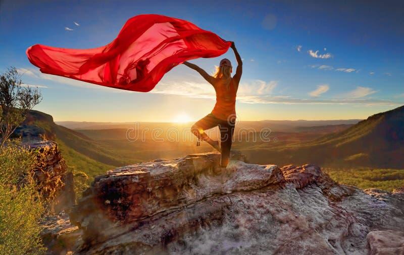 Balanza de la yoga de Pilates de la mujer con la tela que fluye escarpada fotografía de archivo libre de regalías