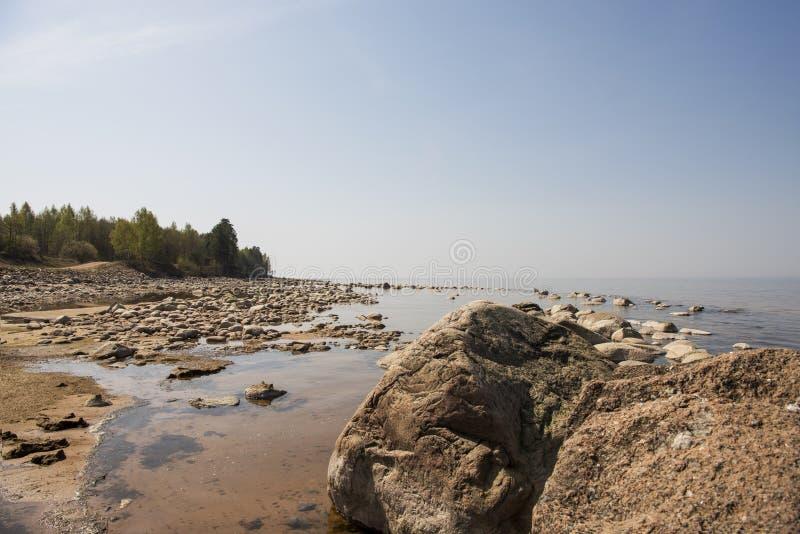 Balanza de las piedras en la playa El lugar en costas letonas llamó los klintis de Veczemju imagenes de archivo